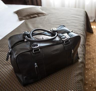 Использование натуральной кожи делает мужскую дорожную сумку надежным  аксессуаром, ведь даже в дождливую погоду вещи внутри абсолютно не  пострадают. 18a43d9754e